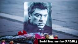 Цветы перед траурным фото с изображением Бориса Немцова. 27 февраля 2016 года.
