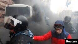 Қала мэриясын алмақ болған милиция жасағы. Киев, 11 желтоқсан 2013 жыл.