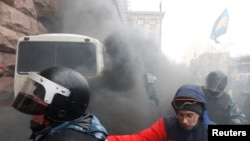 """Спецназ """"Беркут"""" пытается штурмовать здание мэрии Киева, занятое демонстрантами"""
