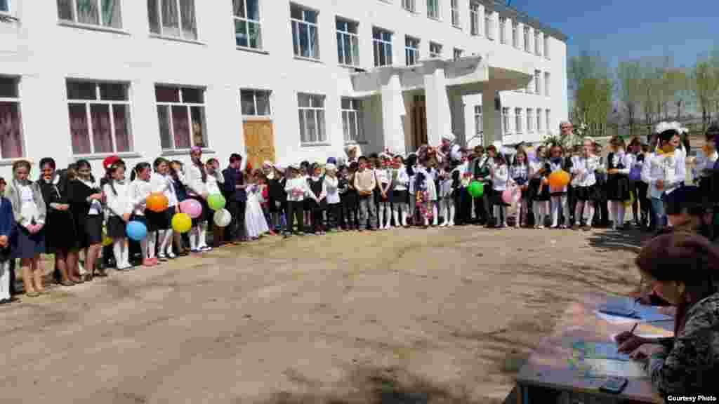 Торжественная линейка в школе, посвященная началу учебного года.