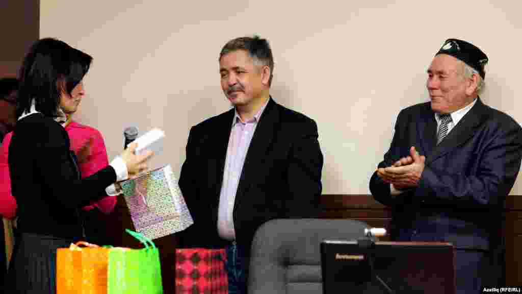 Бикә Тимерова (с) Азатлык бәйгесендә җиңүче Айрат Заһидуллинны бүләкли