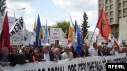 Punëtorët kërkojnë më shumë të drejta gjatë një proteste paqësore në Prishtinë më 1 Maj 2008