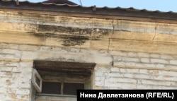 Трещина и плесень на фасаде бывшей людской