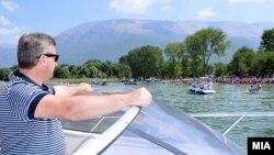 Претседателот Ѓорге Иванов на почетокот на Охридски пливачки маратон во Охрид, Македонија.
