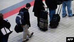 Пассажиры, готовящиеся к вылету в международном аэропорту. Иллюстративное фото.