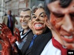 Ирактағы соғысқа наразы шерушілер Джордж Буштың, Тони Блэрдің, Гордон Браунның қанға боялған маскаларын киіп шықты. Лондон, 24 қараша 2009 жыл.