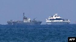 Իսրայելական ռազմանավը մոտեցել է Գազայի հատված ուղեւորվող «Ազատության նավատորմիղի» նավերից մեկին, 31-ը մայիսի, 2010թ.