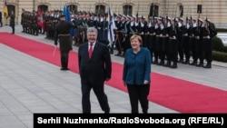 Канцлер Німеччини Ангела Меркель (п) і президент України Петро Порошенко під час зустрічі в Маріїнському палаці, Київ, 1 листопада 2018 року
