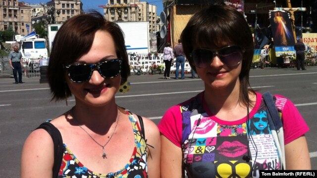 Anna Bondar (left)