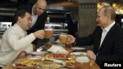 Dmitry Medvedev (solda) və Vladimir Putin 1 May Beynəlxalq Zəhmətkeşlərin Həmrəyliyi Gününü qeyd edirlər. Moskva 1 may 2012-ci il.