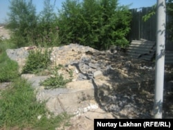 На месте земельного участка, который принадлежал Гульбаршин Мамыровой. Шанырак, 7 июня 2012 года.