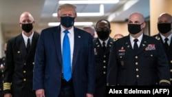 Համաճարակի սկսվելուց ի վեր առաջին անգամ ԱՄՆ նախագահ Դոնակդ Թրամփը հասարակության մեջ հայտնվեց դիմակով, Բեթհեզդա, Մերիլենդ, 11-ը հուլիսի, 2020թ.