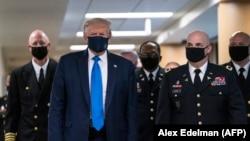 Дональд Трамп у масцы супраць каранавірусу наведвае Нацыянальны вайскова-мэдыцынскі цэнтар Уолтара Рыда ў штаце Мэрыленд , 11 ліпеня 2020 году