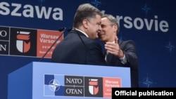 Президент України Петро Порошенко (ліворуч) і генсекретар НАТО Єнс Столтенберґ на Варшавському саміті, 9 липня 2016 року