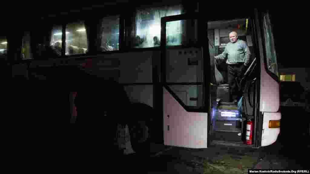 Пізніше звільнені українські громадяни сідають в автобуси й направляються на підконтрольну Києву територію