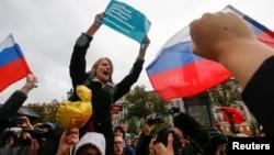 Сторонники Алексея Навального на митинге в Москве. 7 октября 2017 года