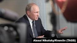 Владимир Путин во время интервью для Fox News