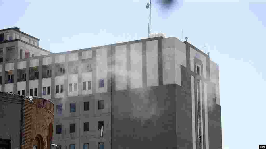 Дым над зданием парламента.