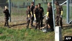 Forcat hungareze në kufi me Kroacinë.