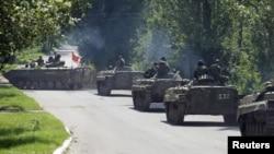 Пророссийские сепаратисты и военная техника близ населенного пункта Зайцево в Донецкой области. 20 июля 2015 года.