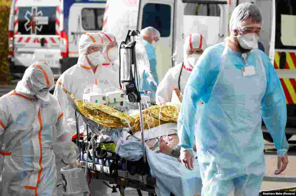 Лор'ян, Франція.Медичні працівники транспортують на ношах пацієнта, інфікованого коронавірусом. Через загострення пандемії у великих містах країни від 17 жовтня запроваджено комендантську годину із 21:00 до 06:00. Також у Франції нині потрапляють під заборону святкування у громадських місцях