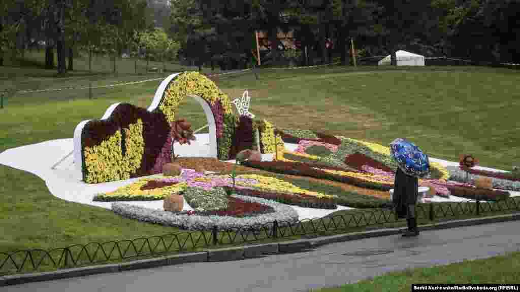Часть из цветочных композиций создана в формате селф-зоны, позволяет посетителям выставки сделать уникальные фотографии среди цветов