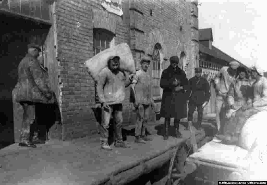 Здача надлишків зерна і сільгосппродуктів на станції Удачна Донецької області, 1933 рік