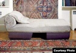 Sigmund Freudun xəstələrini uzadıb danışdırdığı məşhur divanı.