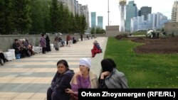 """Өздерін """"үлескерміз"""" деп атаған адамдар парламентке кірген өкілдерін күтіп отыр. Астана, 24 мамыр 2013 жыл."""