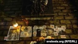 Кветкі памяці Рамана Бандарэнкі і Аляксандра Віхора ўсклалі каля гомельскага касьцёла. Ілюстрацыйнае фота.