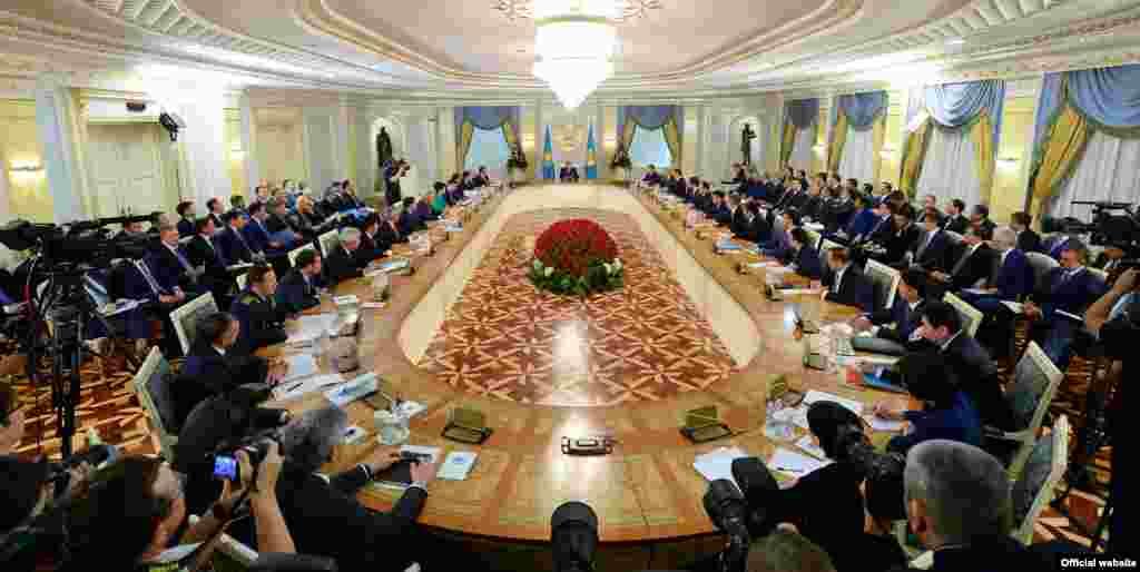 На расширенном заседании правительства в Астане 6 августа президент Казахстана Нурсултан Назарбаев объявил о реорганизации правительства. В структуре кабинета министров вместо 17 министерств будет функционировать 12. Эксперты считают, что реорганизация правительства может привести в дальнейшем к проблемам бюрократического характера.