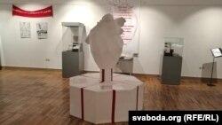Цэнтральны стэнд у форме сэрца, пад якім – кароткі аповед пра гісторыю Беларусі
