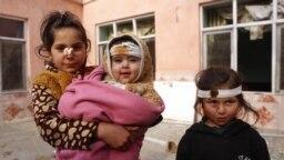 Kabulda daşary ýurtlulary nyşana alan bomba partlamasynda ýaralanan gyzlar surata düşýärler. Bu hadysada azyndan 4 adam öldi, 23 adam, şol sanda çagalar ýaraly boldy. (epa-EFE/Hedayatullah Amid)