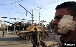 Біля президентського палацу в Каїрі з'явилася бронетехніка і залишилися потерпілі в нічних сутичках супротивники президента, 6 грудня 2012 року