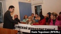Татьяна Трубачеваға айыппұл салынған сот отырысында наразылық білдірушілер. Алматы, 7 ақпан 2013 жыл