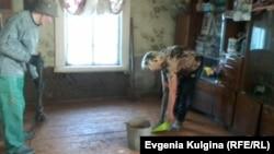 Наталья и Алексей Воронины прибирают свой дом, пострадавший от наводнения