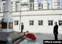 Ильхам Алиев у монумента АДР, Баку, 27 мая 2009