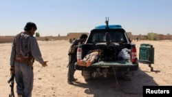 آرشیف، جسد یک جنگجوی طالبان در عقب موتر پولیس در یکی از ولایات افغانستان.