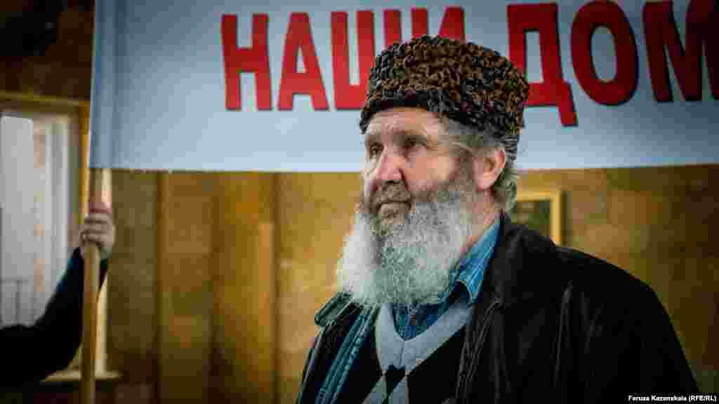 Один из активистов «поляны протеста» Фазил Ибраимов объявил голодовку. К нему присоединились и другие. Большинство активистов собираются голодовать по трое суток, по очереди