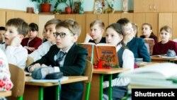 Школярі під час уроку, архів