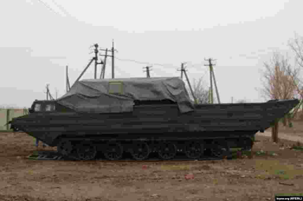 Полку передали гусеничный плавающий транспортер ПТС-М, предназначенный для десантной переправы через водные преграды артиллерийских систем, колесных и гусеничных тягачей, бронетранспортеров, автомобилей, личного состава и различных грузов.