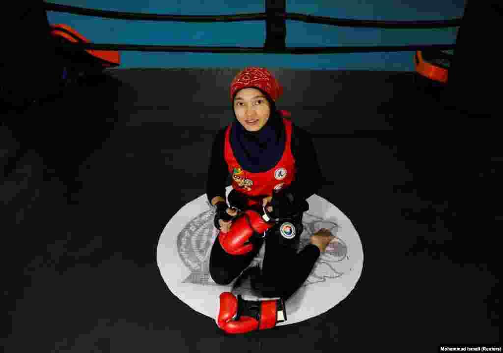 """Кавсар Шерзад - 17 лет. Она занимается тайским боксом в Кабуле. """"Афганские женщины многого добились в спорте. Я надеюсь, """"Талибан"""" примет эти достижения""""."""