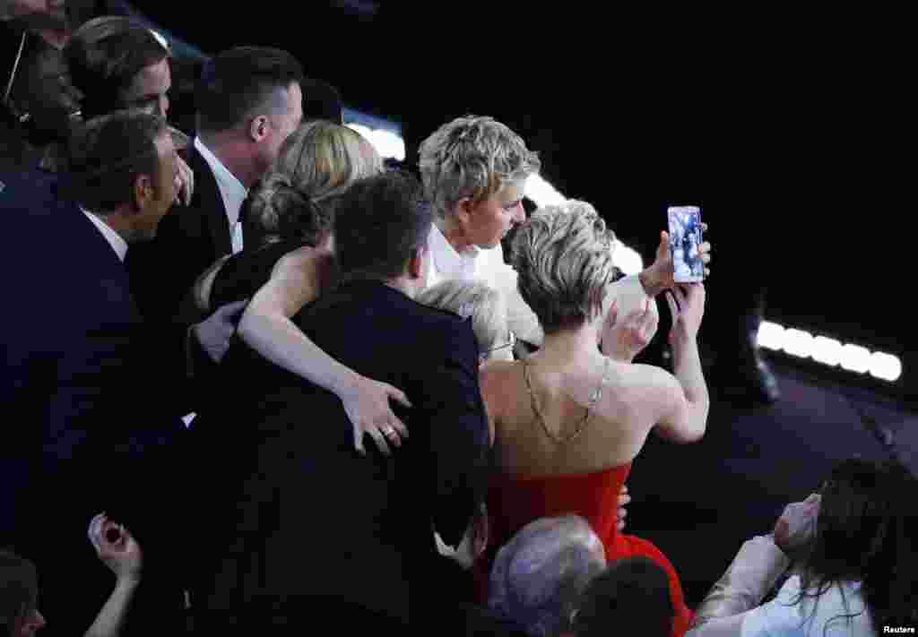سلفی اسکاریها؛ اسکار هشتاد و ششم یک لحظه تاریخی داشت که در تاریخ این جایزه ثبت شد. عکس «سلفی» گرفته شده توسط بازیگران و مجری مراسم، به سرعت به یکی از پربینندهترین عکسهای شبکههای اجتماعی تبدیل شد.