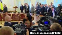 Жінка оголила груди на зустрічі Петра Порошенка і Олександра Лукашенка в Києві, 21 липня 2017 року