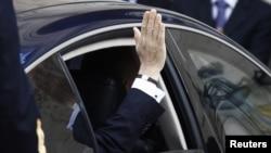 Саркози машет своим сторонникам, покидая Елисейский двроец, Париж, 15 мая 2012