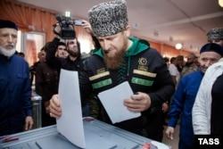 """Голосует глава Чечни Рамзан Кадыров. По официальным данным, явка на выборах в Чечне составила 93%, """"Единая Россия"""" набрала 96,3% голосов"""