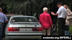 Алеся Бяляцкага саджаюць у машыну