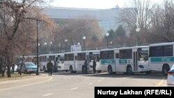 Автобусы с маркировкой Национальной гвардии и полицейский автомобиль у места предполагаемой акции протеста. Алматы, 1 марта 2020 года.