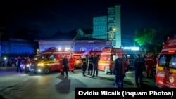 Ambulanțe așteptând la Clubul Colectiv, în seara incendiului