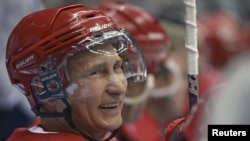 Владимир Путин 2015 йил 16 майида Тунги хоккей лигасининг очилиш маросимида ҳам иштирок этган эди.
